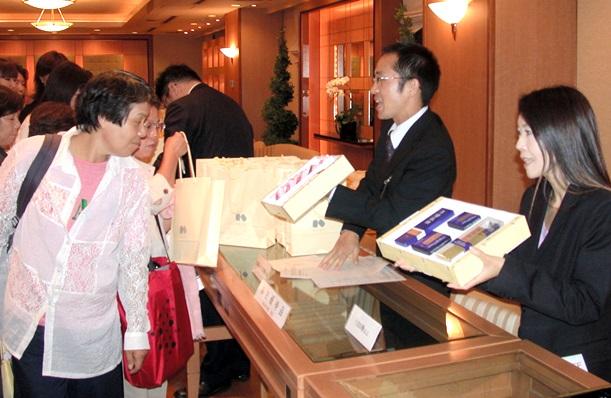 コーセーが開いた女性向け株主投資セミナー。株主優待でもらえる詰め合わせが紹介された=2005年、名古屋市中区栄3丁目