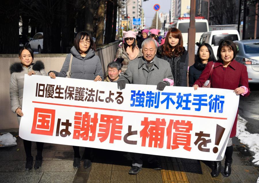 写真・図版 : 仙台地裁に入る原告側の弁護士と支援者たち=1月30日午前、仙台市青葉区