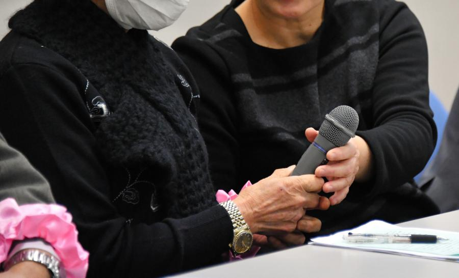 写真・図版 : 記者会見する原告の義姉(右)と被害を訴える女性=1月30日午前、仙台市青葉区