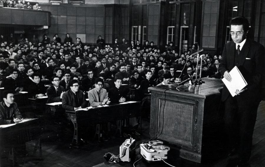 写真・図版 : 最終講義で教壇を降りる東京大学の大河内一男総長=1965年1月