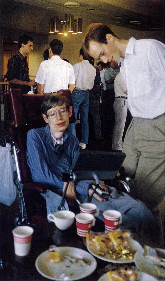 写真・図版 : 専門家向けの国際会議の休憩時間。右は助手を務めたケンブリッジ大の大学院生=『科学朝日』90年11月号から