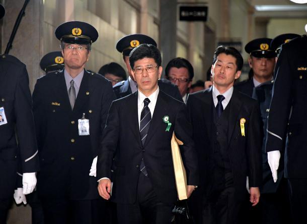 衆院予算委での証人喚問を終え、国会を出る佐川宣寿・前国税庁長官(中央)