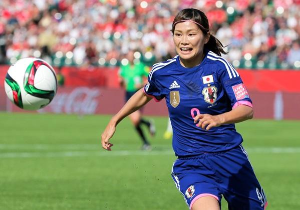 サッカー女子W杯準決勝のイングランド戦前半、ボールを追う川澄=2015年7月1日、カナダ・エドモントン