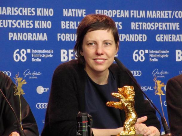 写真・図版 : 金熊賞の受賞会見をするアディナ・ピンティリエ監督=撮影・筆者