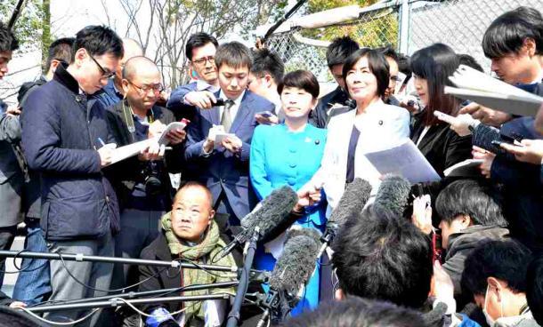 写真・図版 : 森友学園の籠池泰典前理事長との接見の様子を語る野党議員=2018年3月26日、大阪拘置所前