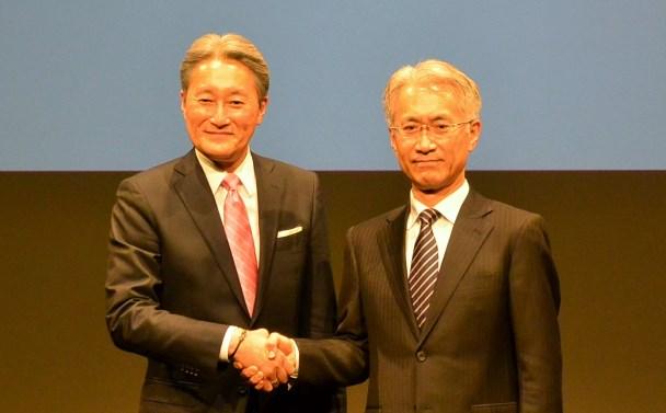 ソニーの社長昇格が決まった吉田憲一郎副社長(右)と平井一夫社長=2018年2月2日、東京都港区