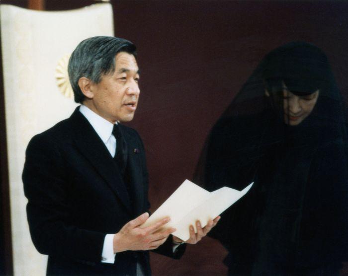 写真・図版 : 即位後朝見の儀でお言葉を述べる天皇陛下、右は皇后さま=1989年1月9日、皇居・正殿松の間