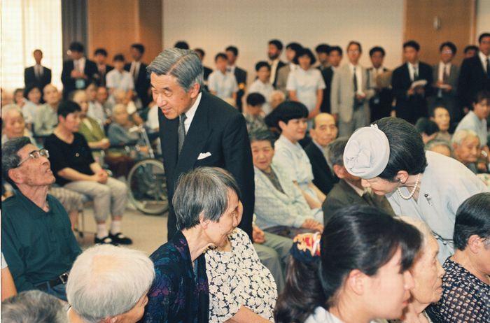 写真・図版 : 原爆養護ホーム「倉掛のぞみ園」を訪れ、入所者に声をかける天皇皇后両陛下=1995年7月27日