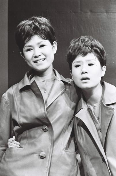 写真・図版 : 左が伊藤エミ(姉)、右がユミ=1962年