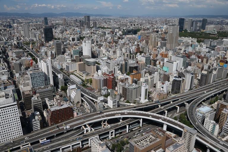 写真・図版 : 上町断層が走る大阪市内には高層ビルが林立する=2012年8月、高橋正徳撮影