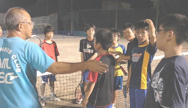 スポーツクラブのテニス教室で、指導員から教わる中学生たち=2011年、静岡市葵区