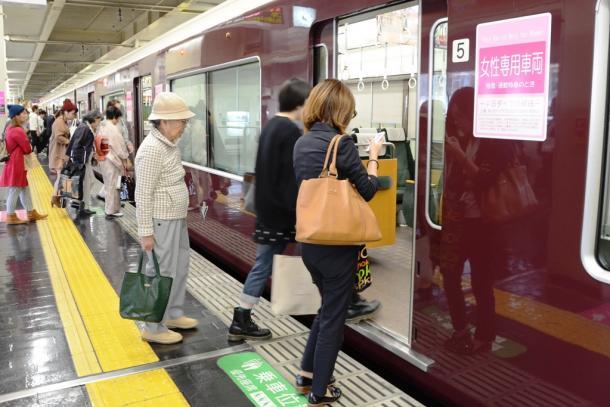 女性専用車両の扉が開くと、女性客が一斉に乗り込む=10月22日、大阪市北区の阪急梅田駅