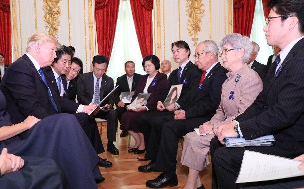 写真・図版 : 拉致被害者家族と面会するトランプ米大統領と安倍晋三首相=2017年11月6日、