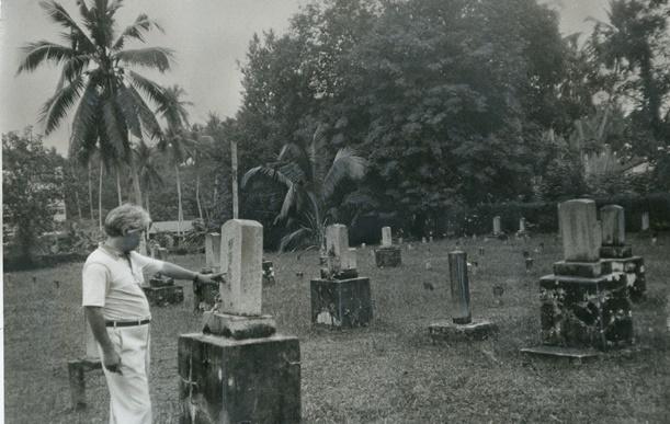 墓碑に彫られた名前が薄れている「からゆきさん」の墓が多いシンガポールの日本人墓地公園=1983年、シンガポール市内