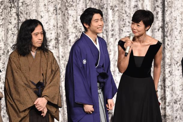 羽生結弦さん。有働由美子アナウンサーからインタビューを受けた。左はお笑い芸人の又吉直樹さ