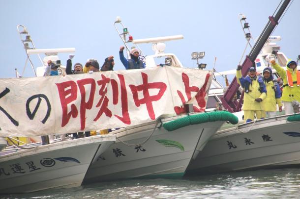 諌早湾の潮受け堤防北部排水門前で、調整池からの排水に抗議する佐賀県中西部の漁民ら(2017年12月18日撮影)