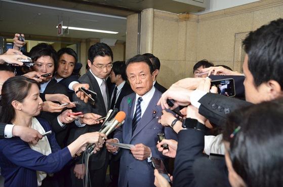 福田淳一事務次官の辞任を発表する麻生太郎財務相=2018年4月18日、東京・霞が関