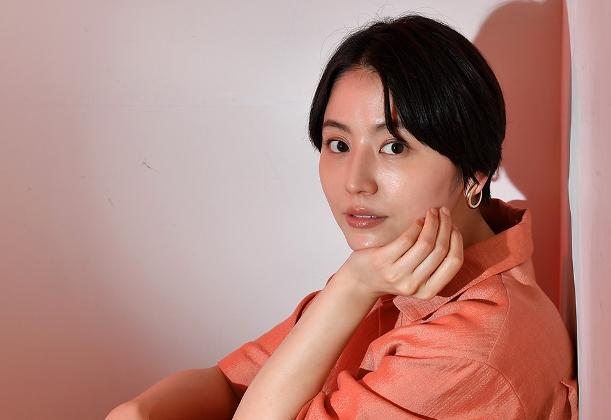 写真・図版 : フジテレビのドラマ「コンフィデンスマンJP」に主演している長澤まさみさん=2018年3月26日、東京都江東区