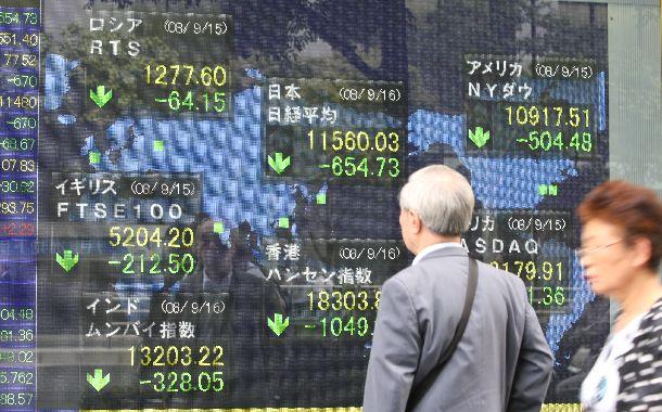 写真・図版 : 米リーマン・ブラザーズの破綻を受け、東京株式市場も一時、大幅に下落した=2008年9月16日、東京都