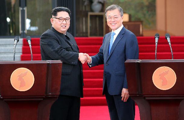 板門店で「板門店宣言」について発表し、握手を交わす北朝鮮の金正恩委員長(左)と韓国の文在寅大統領=4月27日