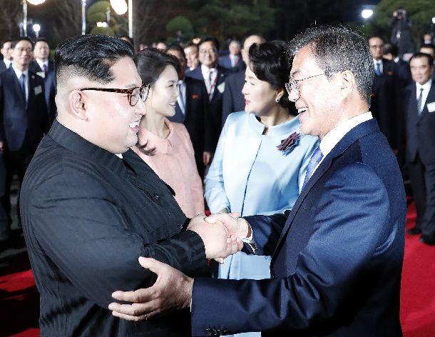 板門店での歓送公演の後、別れのあいさつをする北朝鮮の金正恩委員長夫妻と韓国の文在寅大統領夫妻=4月27日