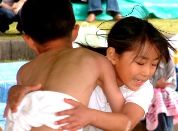子供相撲大会で男子と取り組む女子。相撲協会は今春からちびっこ相撲でも女子児童を土俵に上げない措置を取っている=2007年、佐賀県鳥栖市