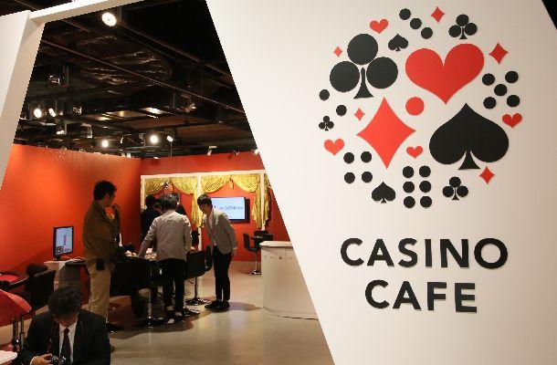 写真・図版 : 大阪の「なんばマルイ」の一角に設けられた「日本カジノスクール」の有料カジノカフェ=2018年4月