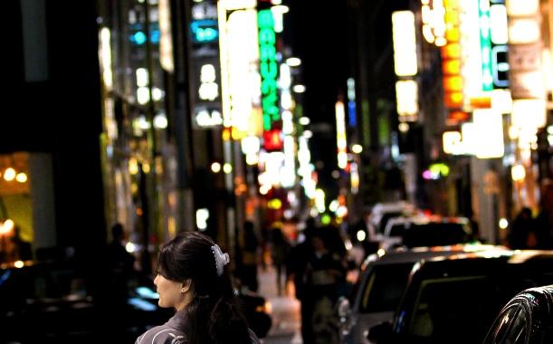 夜の銀座のネオン街=2011年、東京都中央区