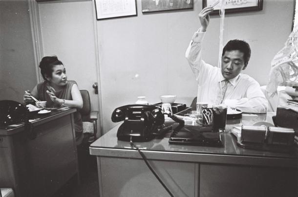 事務所でソバを食べる渡辺晋社長と美佐副社長