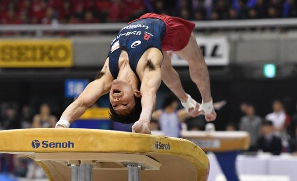 体操・全日本個人総合選手権の決勝で跳馬の演技をする内村航平=2018年4月29日、東京体育館