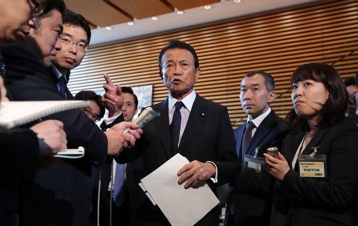写真・図版 : 閣議後、記者の質問に答える麻生太郎財務相=5月8日、首相官邸