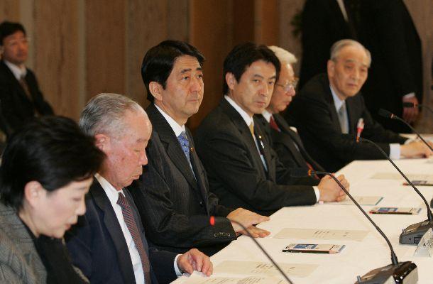 写真・図版 : 日本版NSC(国家安全保障会議)発足に向けた官邸機能強化会議に座長として臨む石原信雄氏(左から2人目)。右隣は安倍晋三首相=2007年2月8日、首相官邸