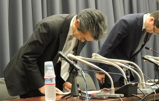 財務事務次官のセクハラ問題の記者会見で、頭を下げる矢野康治官房長(左)と伊藤豊秘書課長=2018年4月27日、財務省