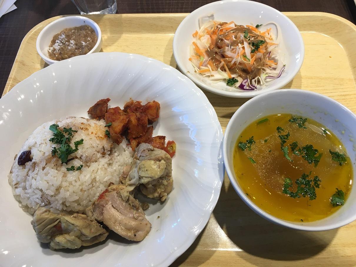 写真・図版 : 1月24日の「イエメンランチ」。メインはマラカ(イエメン風チキンのキャセロール)にスパイシーなピラフ、そしてサラダ、スープにファッタボーズ(バナナ入りデザート)がつく