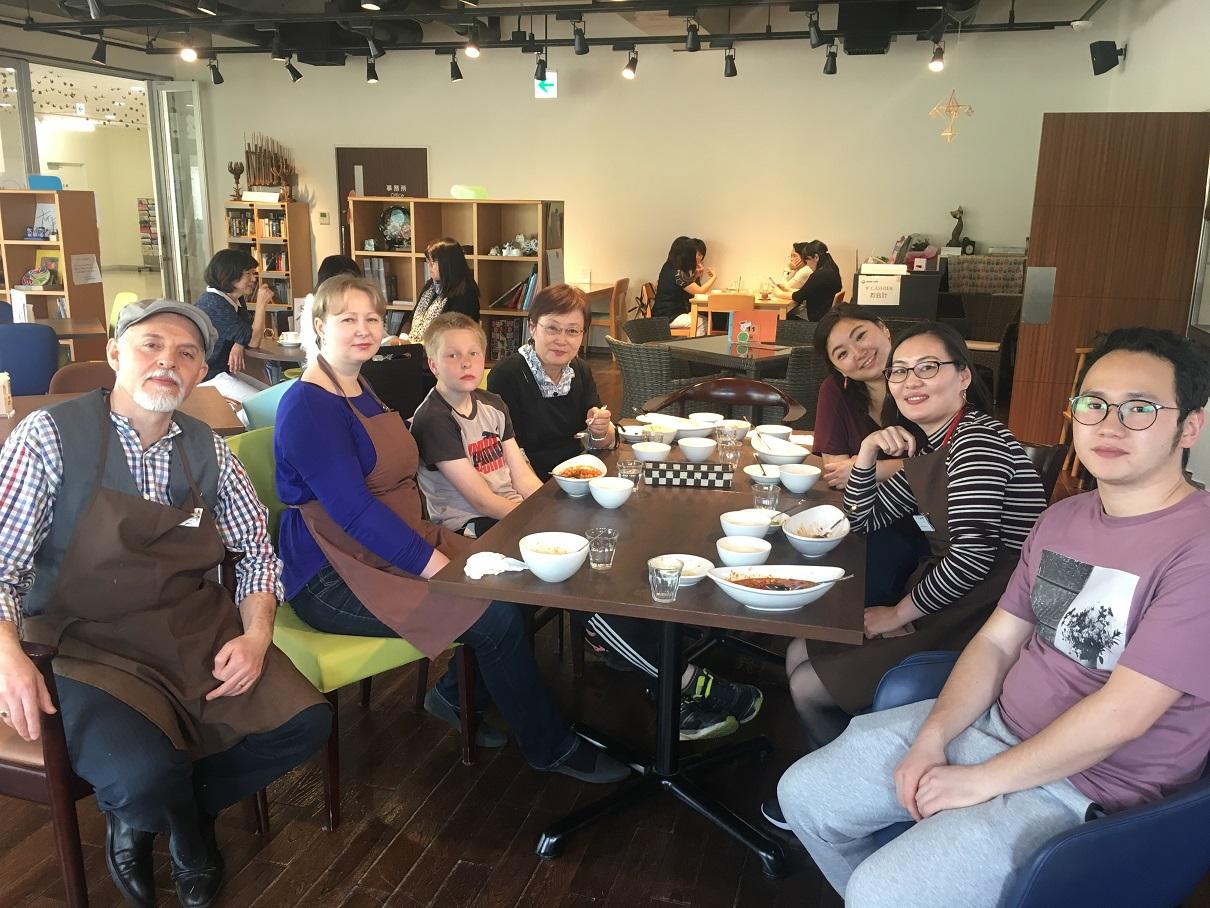 写真・図版 : 「トルコランチ」終了後。シェフは筆者の夫(左端)が務めた。スタッフの出身地は韓国、ロシア、モンゴル、日本と多彩だ=2018年5月11日、箕面市のコムカフェで