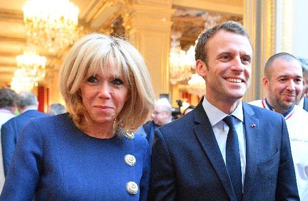 マクロン仏大統領とブリジッド夫人=2018年4月27日、パリ・エリゼ宮(AP)