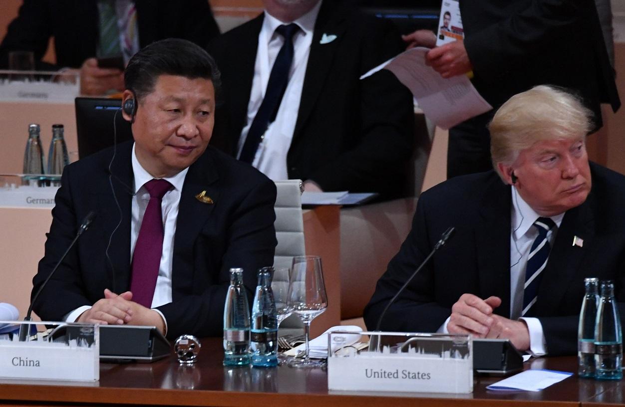 写真・図版 : G20全体会合に臨む中国の習近平国家主席(左)とトランプ米大統領=2017年7月7日、ドイツ・ハンブルク
