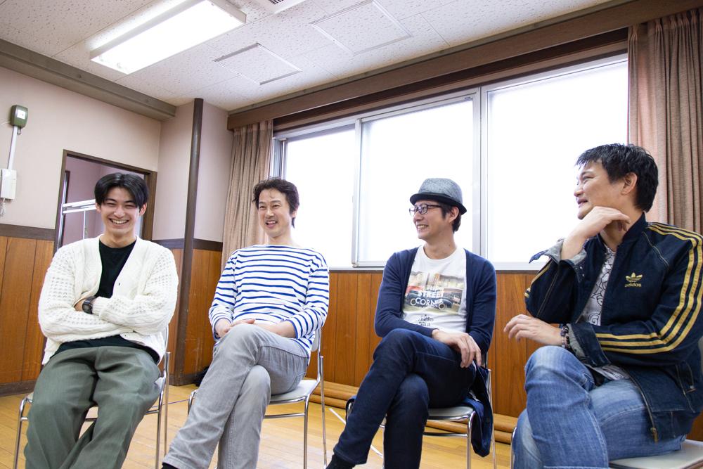 写真・図版 : 左から、久保優二、笠原浩夫、岩﨑大、石飛幸治=冨田実布撮影