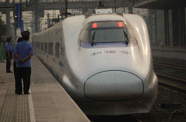 写真・図版 : 東北新幹線はやてをベースに中国で生産した型の「和諧号」=2011年5月、山東省済南東駅、吉岡桂子撮影