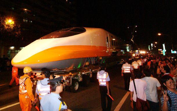 写真・図版 : 神戸港から輸出され、高雄港に陸揚げされた翌日、街頭でお披露目された高速鉄道車両。市民の歓迎をうけた=2004年5月26日、台湾・高雄市、台湾高速鉄路提供