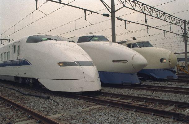 写真・図版 : 1992年3月14日から東海道新幹線東京―新大阪を2時間半で走り始めた「のぞみ」(左端)。開業以来親しまれた「ひかり」(右、中)に新型車両として加わり、流線形が話題を集めた=1992年2月14日、東京・品川のJR東海・東京第2車両所で。