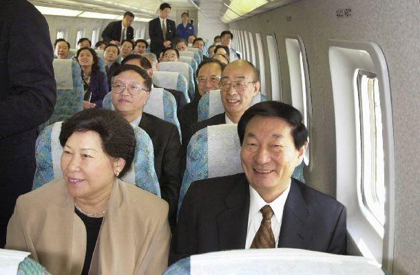 写真・図版 : 来日時にリニアモーターカーに試乗した中国の朱鎔基・元首相。中国政府から日本政府に対して、北京郊外でリニアの共同開発も持ちかけられていた=2000年10月16日、山梨県、代表撮影(日本経済新聞社)