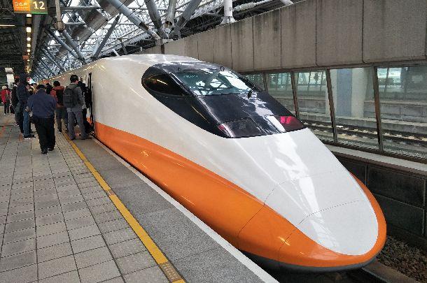 写真・図版 : 台湾の南北を1時間半ほどで結ぶ高速鉄道。人々の足として定着し、航空便はほぼ姿を消した=2018年1月29日、台湾・台中駅、吉岡桂子撮影