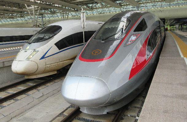 写真・図版 : 中国の高速鉄道・復興号(右)と和諧号。それぞれ習近平、胡錦濤各政権の政治スローガンから名付けられた。開発当初、技術は日本、独仏カナダの企業から導入された=2017年7月3日、上海虹橋駅、吉岡桂子撮影