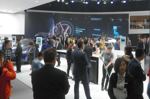 写真・図版 : 北京モーターショーでは、自動運転シティー構想の展示もあったという=2018年4月