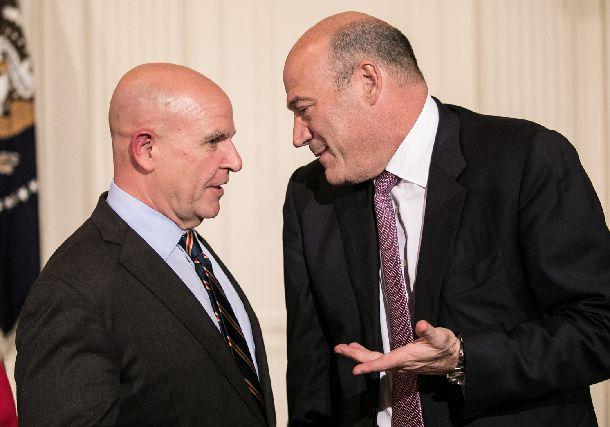 写真・図版 : ホワイトハウスを去った2人。マクマスター氏(左)とコーン氏=ランハム裕子撮影