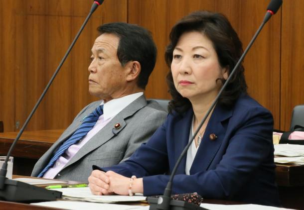 野田聖子総務相兼男女共同参画担当相(右)と麻生太郎財務相