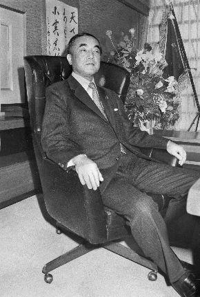自由民主党の臨時大会で選ばれ、第11代総裁に就任した中曽根康弘氏。党本部の「総裁のイス」に座り、カメラマンの注文に応じポーズをとった