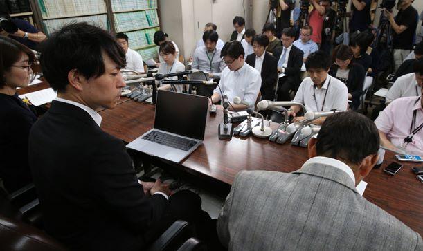 旧優生保護法による強制不妊手術被害の提訴後、記者会見する原告団の弁護士と原告男性(右手前)=2018年5月17日、東京・霞が関