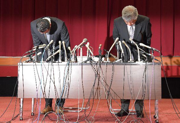 写真・図版 : 会見で謝罪する日大アメフト部の内田正人・前監督(右)と井上奨・前コーチ=2018年5月23日